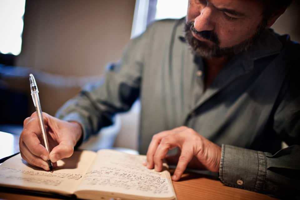 Juan Villoro escribiendo