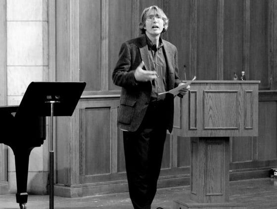 Michael Denning en una conferencia en Yale, 2016