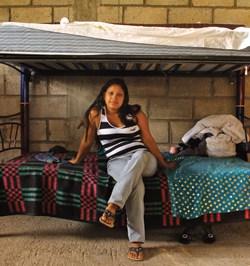 Una viajera descansa en una de las camas recién donadas al albergue.