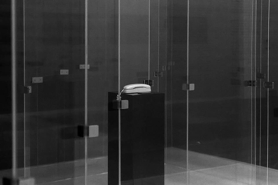 Asombro, (Amaze, 1971). Laberinto de cristal que reflexiona sobre el rumbo de la vida.