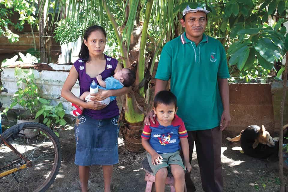 Juan Manuel y Janette con sus dos hijos, Jesús y Daniel. Los cuatro viven con menos de un dólar por día. Cuando se enferman beben agua caliente para pasar el dolor.