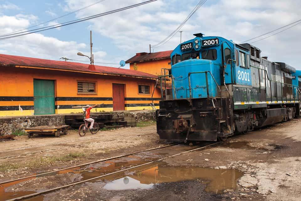 Frente a la estación de Chontalpa pasa La Bestia, el tren de mercancías en el que al menos cada año unos 500 mil migrantes se suben en su camino a Estados Unidos.