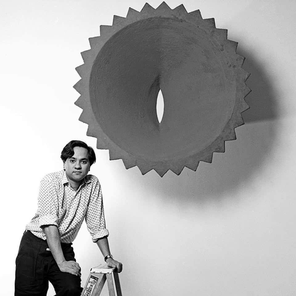 Retrato del artista hindú Anish Kapoor en 1986, quien ha explorado en esculturas la experiencia del vacío.