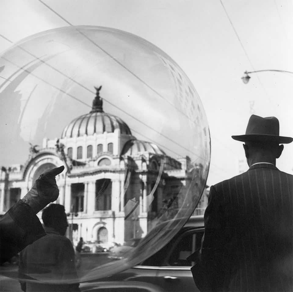 """De la serie """"Globero"""" [Palacio de Bellas Artes], (1961)."""