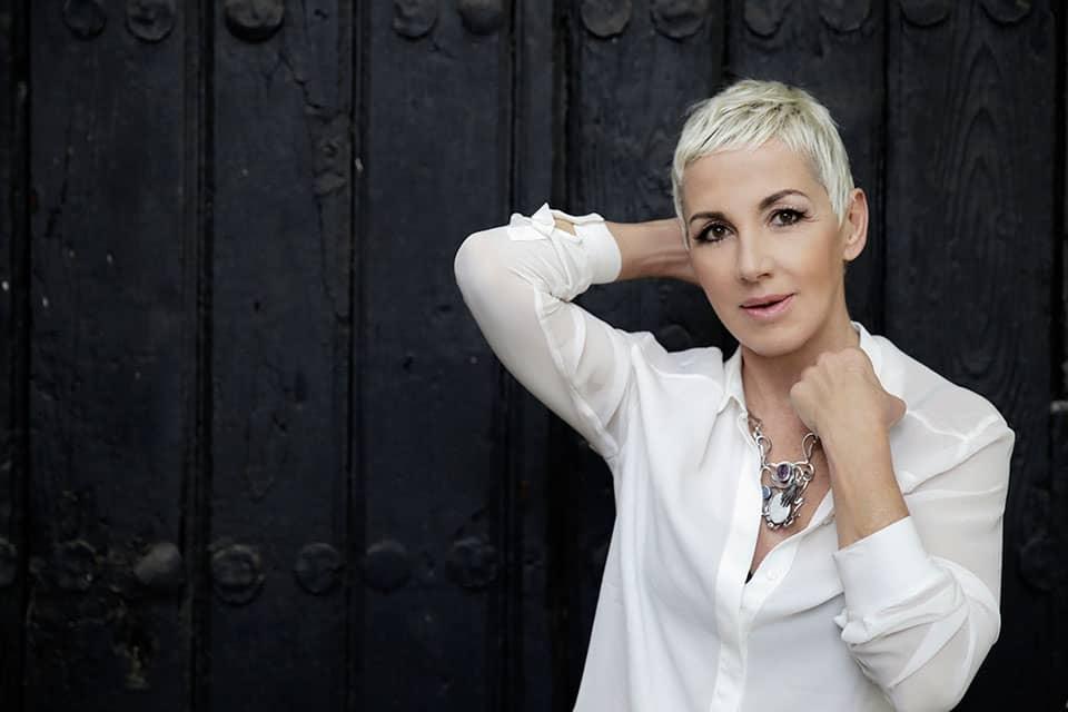 Ana Torroja, blusa blanca