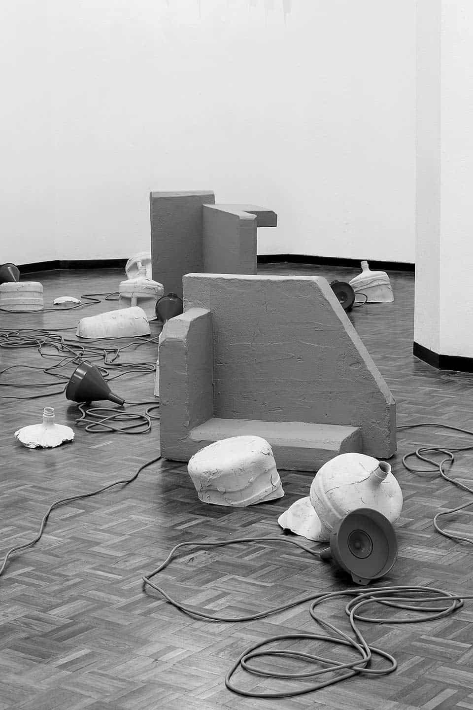 Stefan Roigk hace de una sala un cuarto derruido con mangeras, cubetas y botellas que producen sonidos desconocidos. / Fotografía: Stefan Roigk&Singuhr Berlin