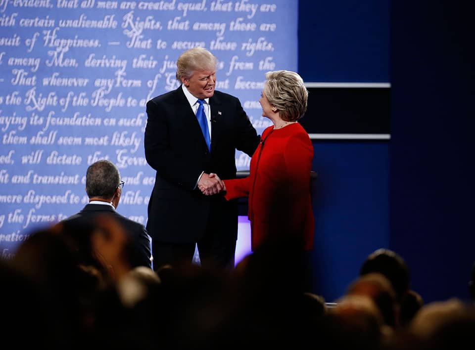 Hillary Clinton y Donald Trump se estrecharon la mano previo al debate. Fotografía: Bloomberg / Getty Images