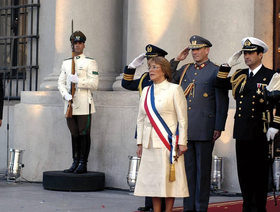 En 2002, Bachelet fue nombrada ministra de Defensa. Por primera vez en la historiadel país, una mujer ocupaba esa cartera. En 2006 fue elegida presidenta.