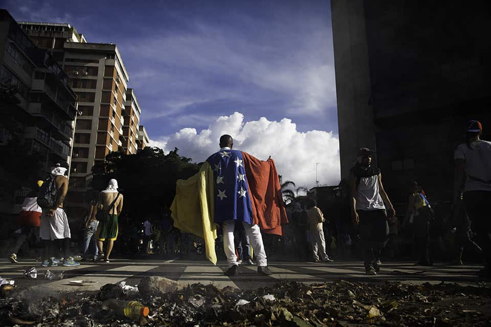 Un manifestante porta una bandera venezolana en el barrio de Altamira, en Caracas, Venezuela, el 1 de septiembre de 2016. Foto: Wil Riera para Bloomberg, vía Getty Images.