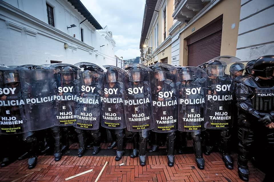 Un grupo de policías se prepara para contener a centenares de manifestantes en 2015 en Quito.