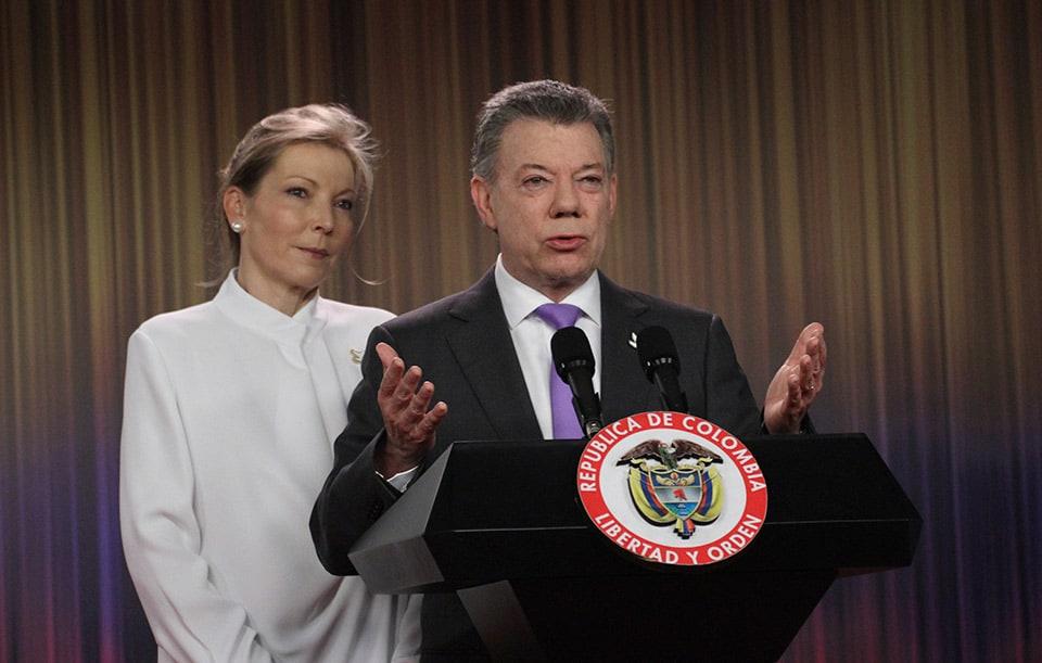 Juan Manuel Santos –con su esposa María Clemencia Rodríguez– durante una conferencia de prensa después de que se le anunciara como ganador del Premio Nobel de la Paz, en Casa de Nariño en Bogotá, Colombia.