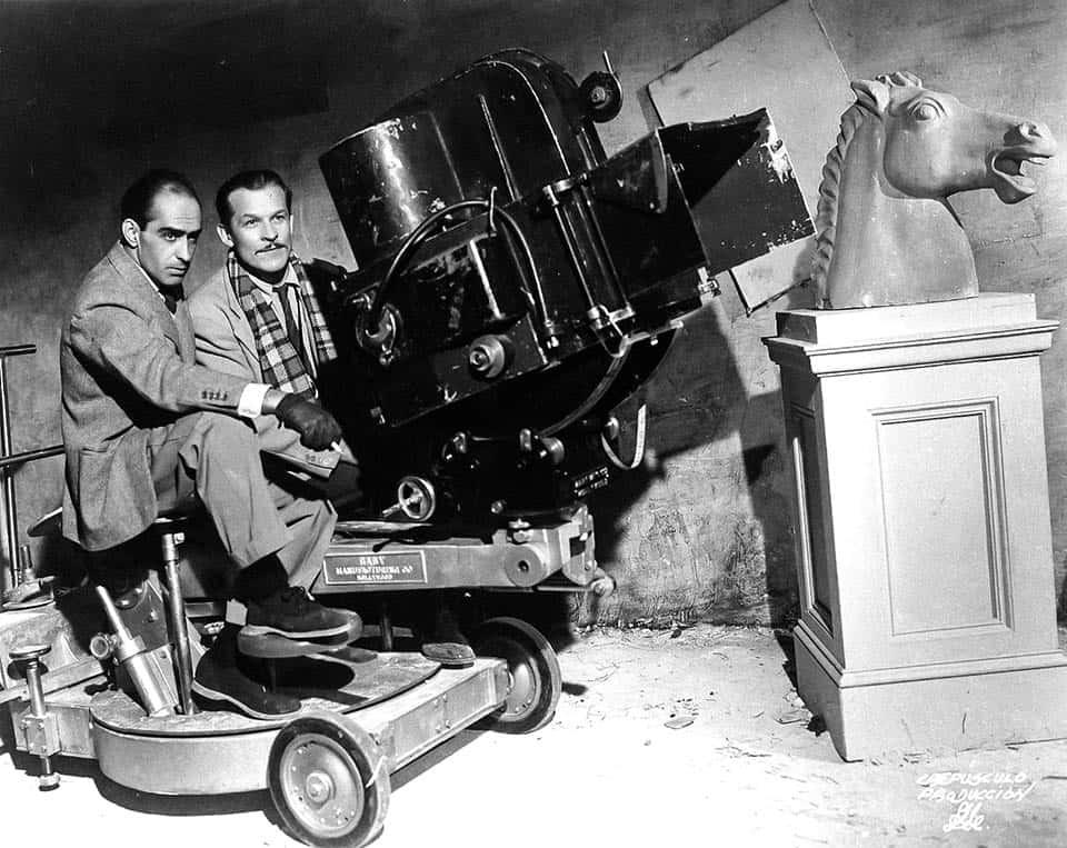 Julio Bracho y el cinefotógrafo Alex Phillips durante la filmación de Crepúsculo de 1944. Luis Márquez Romay/ Colección y Archivo Audiovisual de Fundación Televisa / Fondo División Fílmica