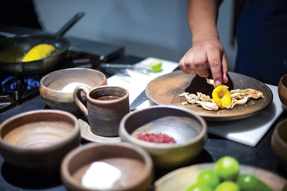 Luis Arellano prepara un plátano frito
