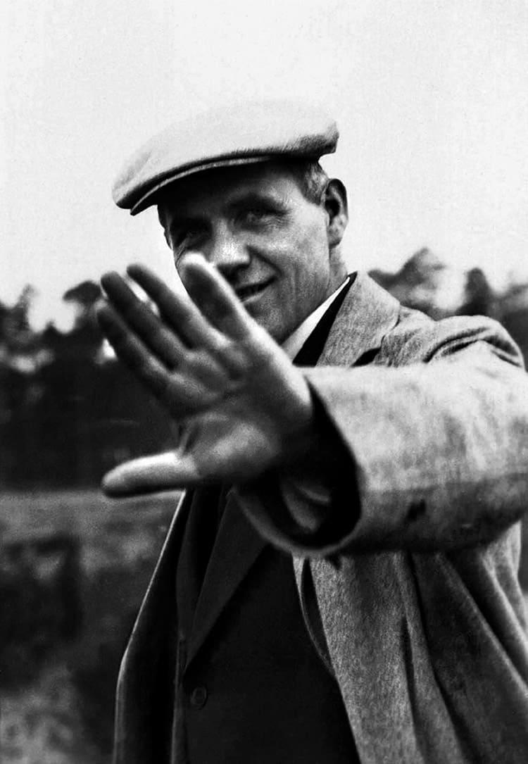 Retrato de Hannes Meyer durante una inspección en Bernau, Berlín, en 1928.