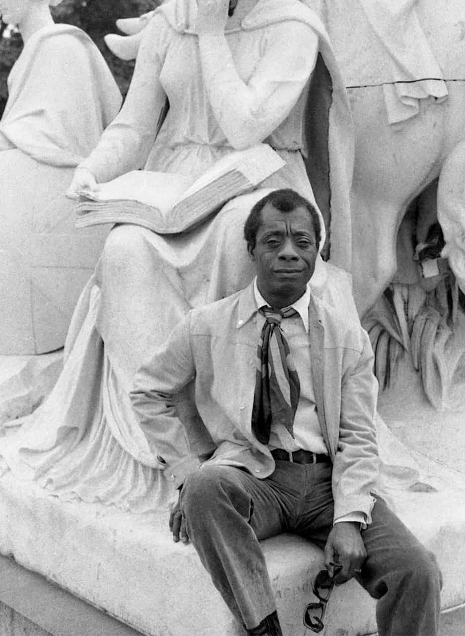 James Baldwin junto a la estatua de William Shakespeare en el Albert Memorial 2