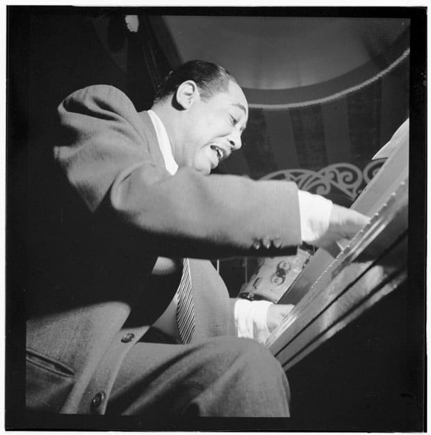 Duke Ellington tocando el piano.