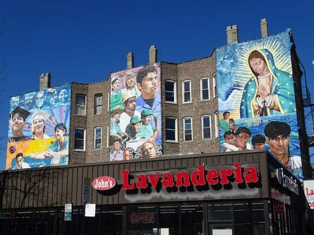 Lavandería y murales del vecindario de Pilsen en Chicago, Illinois.