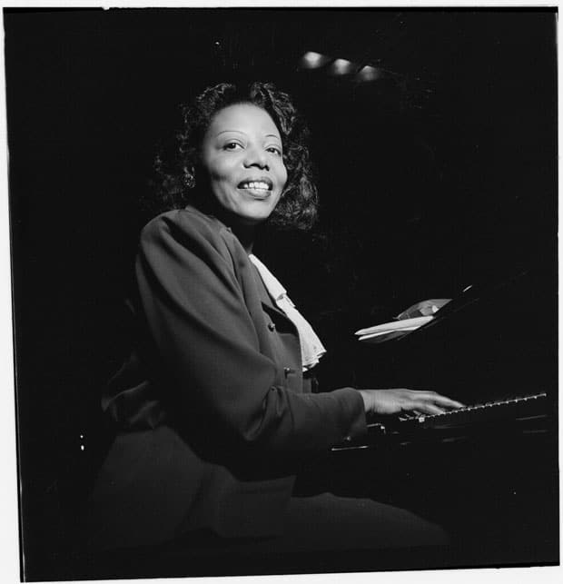 Mary Lou Williams tocando el piano