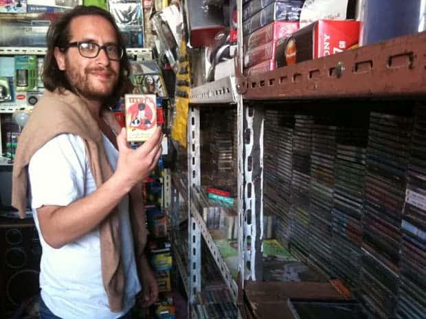 Brian Shimkovitz, con un cassette de música etíope.