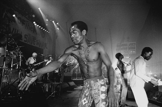 Fela Kuti tocando con Afrika 70