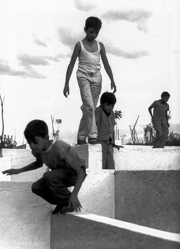 Laberinto para la zona infantil del Parque Amarillo, en Guadalajara, Jalisco. Proyecto de Fernando González Gortázar (1969).