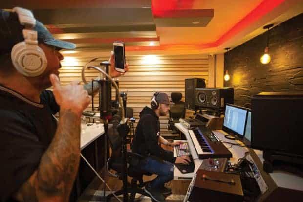 Kensel, productor de reggaetón, en el estudio de Dream House en Medellín.