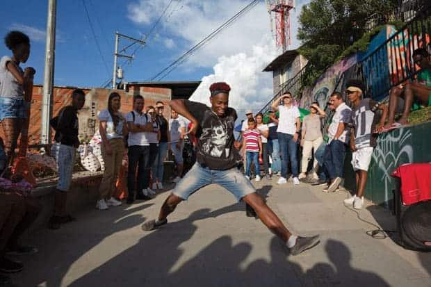 La música llevaba varios años en las calles de Medellín, como para llenar coliseos.