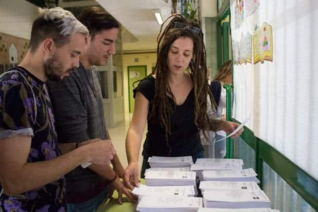 28 abril de 2019: Elecciones Generales Españolas, jóvenes eligiendo papeletas de votación, Colegio Luis Buñuel, Málaga.