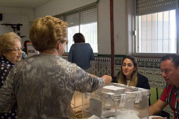 28 abril de 2019: Elecciones Generales Españolas, momento del sufragio, Colegio Luis Buñuel, Málaga.