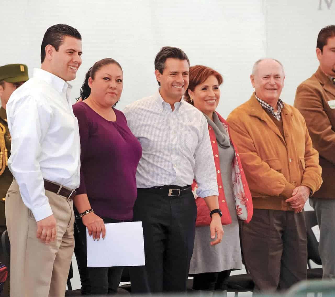 El expresidente Enrique Peña Nieto junto al gobernador de Zacatecas, Miguel Alonso Reyes, así como la titular de la Sedesol, Rosario Robles, en un encuentro con madres jefas de familia en Atitanac, en 2013