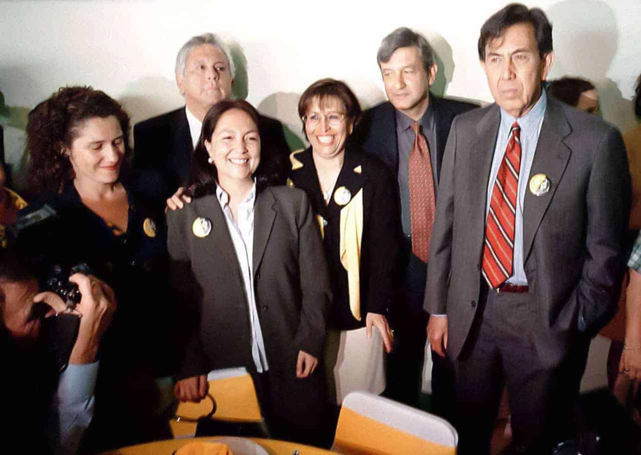 Amalia García, Rosario Robles, Andrés Manuel López Obrador y Cuauhtémoc Cárdenas reunidos con mujeres del PRD como parte de los festejos del Día Internacional de la Mujer, el 8 de marzo de 2000.