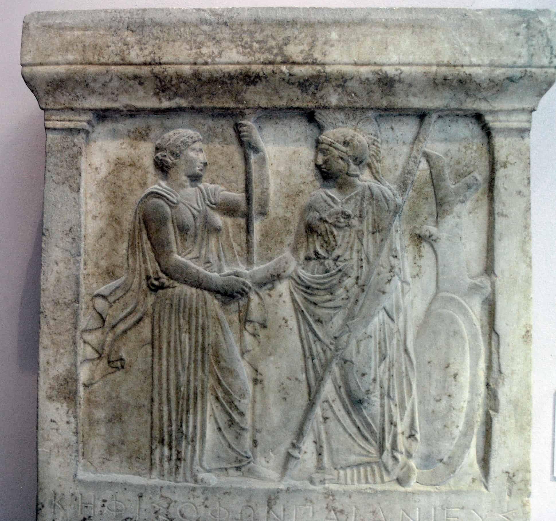 Hera y Ataenea dándose la mano, siglo 5 a. C. Museo de la Acrópolis de Atenas.
