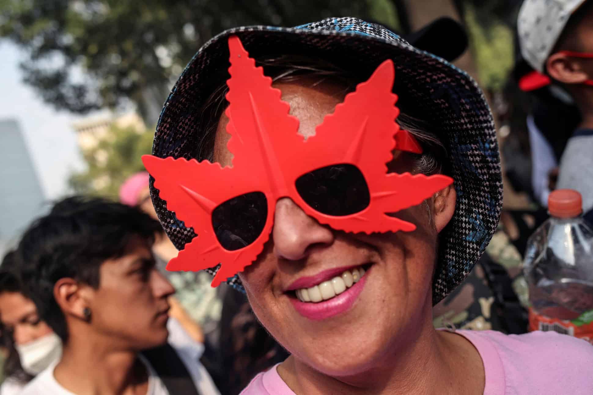 El 20 de abril activistas del movimiento cannábico y consumidores se reunieron afuera del Senado para celebrar el día de la mariguana.