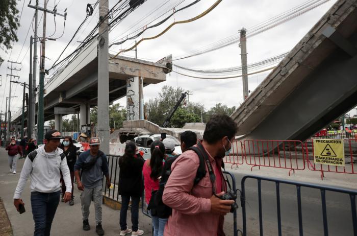 La gente mira el sitio donde ocurrió el colapso del metro. Henry Romero / Reuters.