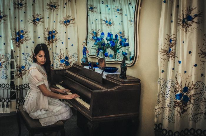 La fotógrafa Mariceu Erthal visitó a una pareja de cubanos cuya hija, Iriana, migró a Europa en busca de mejores oportunidades de vida.
