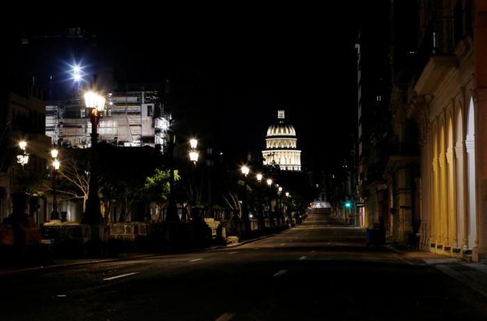 Cuba es la isla de los ancianos. Porque a ellos ya no les interesa o no tienen la fuerza para emprender un nuevo viaje en sus vidas.