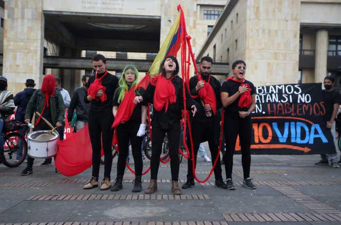 Los jóvenes en Colombia, unidos, claman por sus derechos en el Portal de la Resistencia.