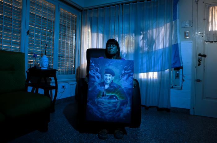Zulma Sandoval, la madre del submarinista Óscar Vallejos,tripulante del ARA San Juan, sosteniendo una pintura con el retrato de su hijo.