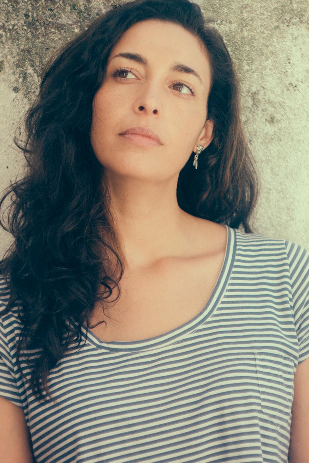Mugre rosa, la cuarta novela de Fernanda Trías, cuenta la historia de una mujer que sobrevive a una extraña epidemia con forma de viento rojo