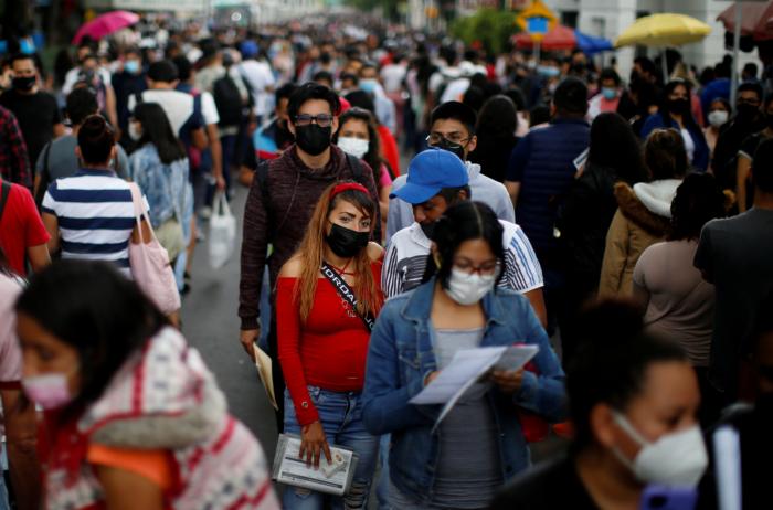 Miles de personas viajan a la Ciudad de México para poder aplicarse la vacuna.