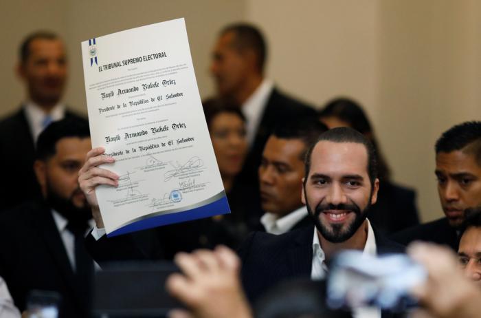 Nayib Bukele muestra su credencial como presidente electo luego de ganar las elecciones presidenciales durante una ceremonia en San Salvador, El Salvador, el 15 de febrero de 2019. REUTERS / Jose Cabezas