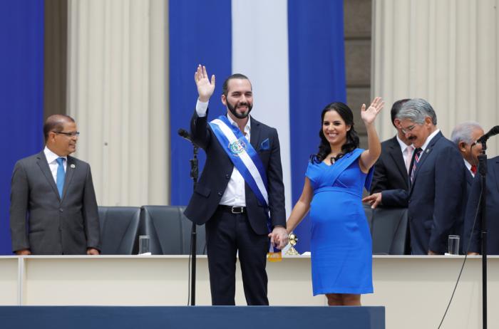 El nuevo presidente de El Salvador, Nayib Bukele, saluda a la audiencia junto a su esposa, Gabriela de Bukele, luego de recibir la banda presidencial durante su ceremonia de juramentación en San Salvador, El Salvador, el 1 de junio de 2019. REUTERS / Jose Cabezas
