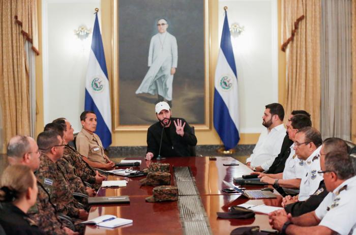 El presidente de El Salvador, Nayib Bukele, habla con los medios de comunicación mientras participa en una reunión con el gabinete de seguridad en San Salvador, El Salvador, el 20 de septiembre de 2019. REUTERS / Jose Cabezas