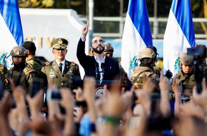 El presidente salvadoreño Nayib Bukele gesticula mientras se dirige a sus partidarios que protestan frente al congreso nacional para presionar por la aprobación de fondos para un plan de seguridad del gobierno en San Salvador, El Salvador, el 9 de febrero de 2020. REUTERS / Jose Cabezas