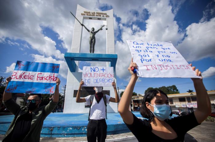 Manifestantes participan en una protesta contra el presidente de El Salvador, Nayib Bukele, y la reciente decisión de la Sala Constitucional de la Corte Suprema de Justicia de aprobar una ley que permite su reelección en 2024, en San Salvador, El Salvador, el 5 de septiembre de 2021. REUTERS / Víctor Peña
