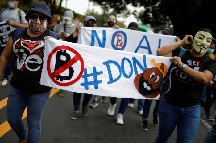 Protesta contra el uso de Bitcoin como moneda de curso legal y reformas legales para extender el mandato del presidente Nayib Bukele en San Salvador, El Salvador, el 15 de septiembre de 2021. REUTERS / Jose Cabezas