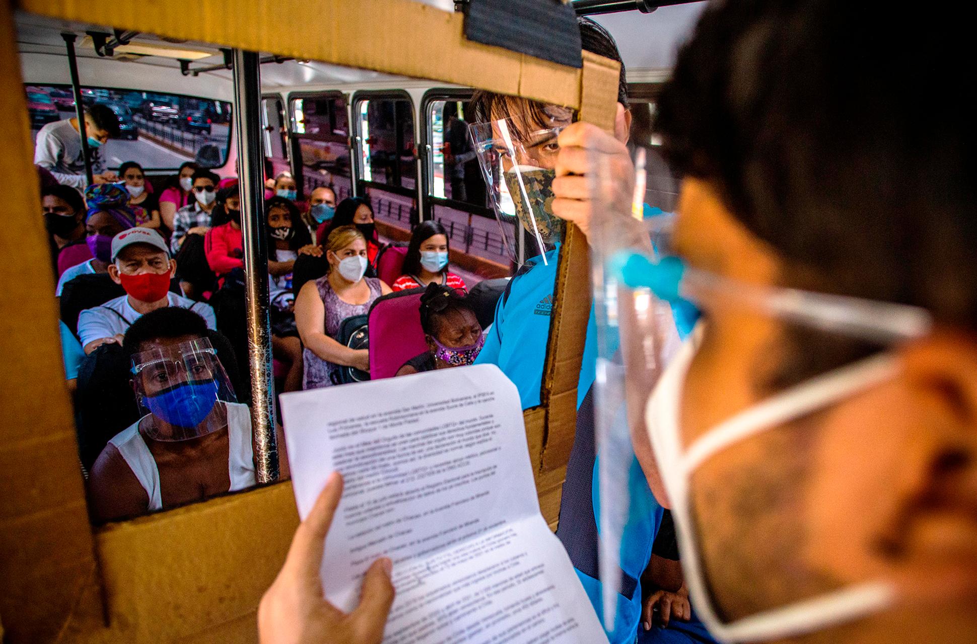 bus tv Seguiremos_informando_El_Bus_TV_el_periodismo_en_Venezuela_que_vence_la_censura_Liza_López_Reportajes_Gatopardo_216 6