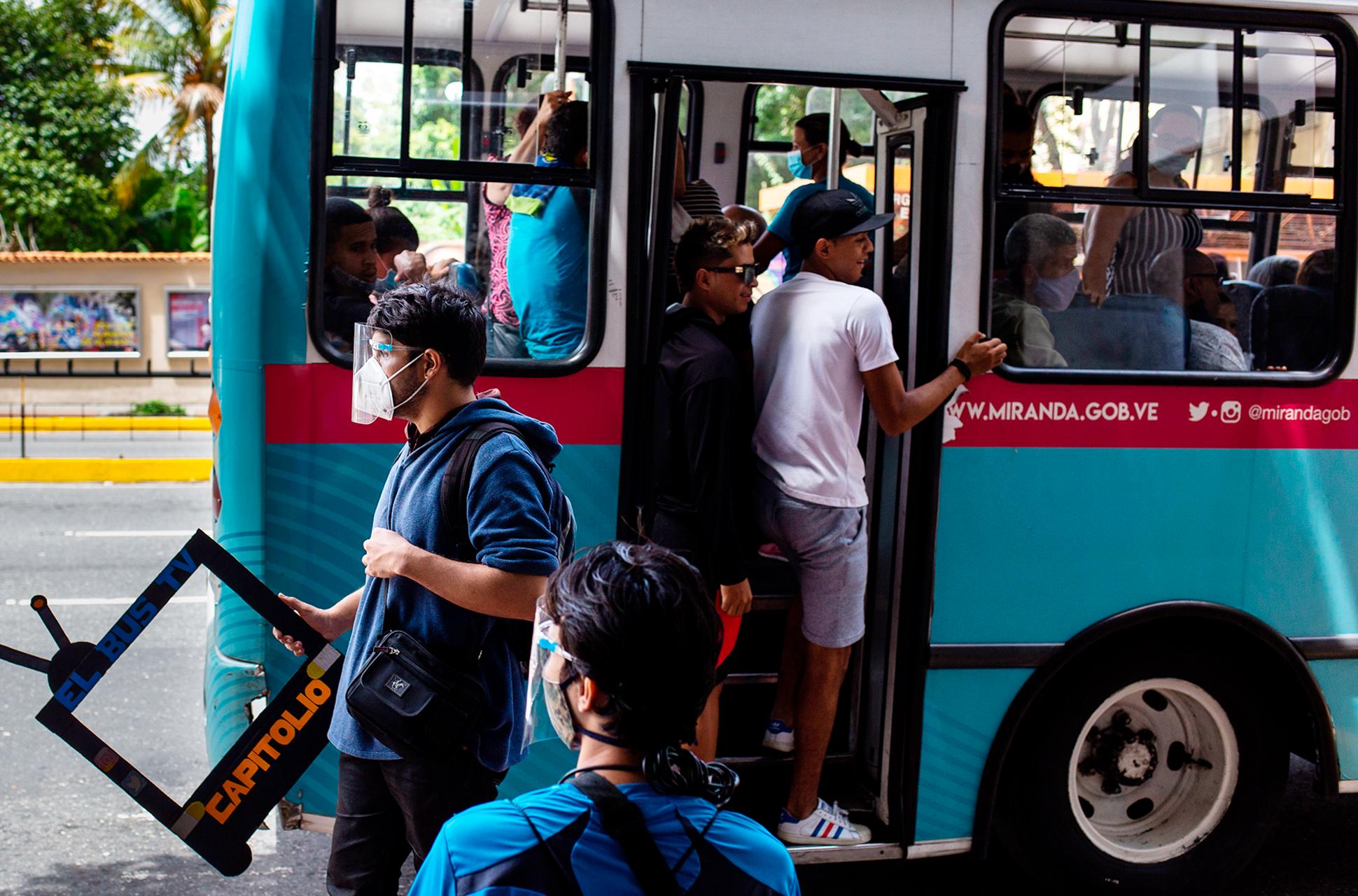 bus tv Seguiremos_informando_El_Bus_TV_el_periodismo_en_Venezuela_que_vence_la_censura_Liza_López_Reportajes_Gatopardo_216 5