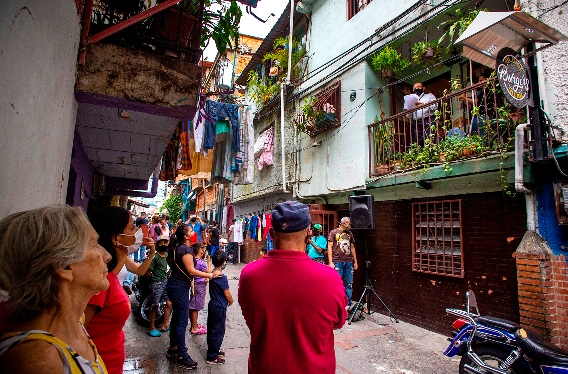 bus tv Seguiremos_informando_El_Bus_TV_el_periodismo_en_Venezuela_que_vence_la_censura_Liza_López_Reportajes_Gatopardo_216 4
